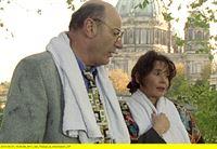 """rbb Fernsehen LIEBLING KREUZBERG, """"Paula, komm wieder"""", Staffel 5, Folge 52, am Samstag (17.05.14) um 21:00 Uhr. Robert Liebling beschäftigt sich diesmal mit dem Fall der Marion Salzberger, einer gelernten Krankenschwester. Mit falschen Zeugnissen betrieb sie eine Praxis als Ärztin, bis es zu einer anonymen Anzeige bei der Staatsanwaltschaft kam. - Rechtsanwalt Robert Liebling (Manfred Krug) und die Krankenschwester Marion Salzberger (Birgit Doll). – © rbb"""