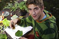 Fritz Fuchs (Guido Hammesfahr) untersucht die Oberfläche eines Lotusblatts. – Bild: ZDF/Antje Dittmann
