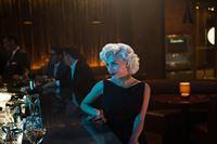 Judi Silver (Elena Satine) verführt die Männer im Hotel Miramar Playa – © ZDF und Justina Mintz / © 2013 Starz Entertainment LLC