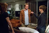 Captain Sharon Raydor (Mary McDonnell) bekommt unerwarteten Besuch von ihrem Ex-Mann Jack (Tom Berenger). Zur ihrer Verwunderung versteht er sich sehr gut mit Rusty (Graham Patrick Martin, r.). – © VOX