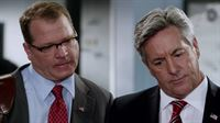 Senator Austin (David Naughton, r.) möchte, dass sein Stabschef John Jacob Felton (Colby French) die Ermittlungen überwacht, denn der Mordfall ist mittlerweile auch eine politische Angelegenheit. – © VOX