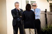 Die Lieutenants Provenza (G.W. Bailey, r.) und Flynn (Tony Denison) suchen Rosa Vega (Elisabeth Peña) auf, um ihr mitzuteilen, dass ihr geklautes Auto gefunden wurde. – © VOX