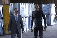Phil Coulson (Clark Gregg, l.) und Mike Peterson (J. August Richards) – © RTL Crime