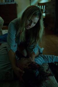 Linda Martin (Shauna Johannesen, l.) kann nicht fassen, dass ihr Mann Glen Martin (Joey McIntyre, r.) ermordet wurde ... – © NBC Universal