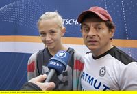 """ARD/SWR MOTZGURKE.TV - DIE TIGERENTEN-REPORTER ZEIGEN'S EUCH! FOLGE 37, """"Teamgeist - Alleine bringt man's weiter!"""", am Samstag (10.05.14) um 07:35 Uhr im ERSTEN. Motzgurke meint, dass Teamgeist nur etwas für Leute ist, die zu schlapp sind, alleine zu gewinnen. Das sehen Charlotte, Niklas und Dean natürlich anders – und wollen ihm mit ihrer Sendung das Gegenteil beweisen! v.li.: Charlotte Hebers und Volker Zack Michalowski. – © SWR/Sabine Stumpp"""