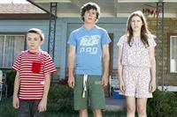 """""""The Middle"""", """"Der Duft des Sommers (2)."""" Alle drei Kinder haben Mike zum Lieblingselternteil erklärt. Frankie versucht nun mit allen Tricks, die Kids umzustimmen. Um Bricks Zuneigung zu gewinnen, lässt sie ihn mit seiner selbstgezüchteten Tomate an einem Wettbewerb teilnehmen. Der Familienausflug dorthin gerät jedoch zu einem kompletten Desaster. Doch dann bringt ein überraschendes Ereignis die Familie wieder zusammen und somit ist der Sommer wieder gerettet.Im Bild (v.li.): Atticus Shaffer (Brick Heck), Charlie McDermott (Axl Heck), Eden Sher (Sue Heck). – © ORF eins"""