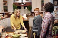 """""""The Middle"""", """"Der Name."""" Frankie sollte eigentlich für ihre Abschlussprüfung als Zahnarzthelferin lernen, doch in dem familiären Chaos kann sie sich nur schwer konzentrieren. Da kommt es ihr sehr gelegen, dass sich ihre Schwester zu Besuch kommt, um ihr im Haushalt zu helfen. Als Axl bei der Familie seiner Freundin zum Essen eingeladen ist, taucht plötzlich Cassidys Ex-Freund auf.Im Bild (v.li.): Jill Matson (Mrs. Finch), Galadriel Stineman (Lucy Howard), Charlie McDermott (Axl Heck). – © ORF eins"""