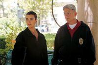 Ein neuer Fall beschäftigt Gibbs (Mark Harmon, r.) und Ziva (Cote de Pablo, l.) ... – Bild: CBS Television