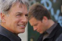 Ein neuer schwieriger Fall wartet auf Gibbs (Mark Harmon, l.) und Tony (Michael Weatherly, r.) ... – Bild: CBS Television
