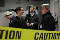 Bei den Ermittlungen in einem neuen Mordfall: Ducky (David McCallum, l.), Ziva (Cote de Pablo, 2.v.l.), McGee (Sean Murray, 2.v.r.) und Gibbs (Mark Harmon, r.) ... – Bild: CBS Television