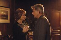 Gibbs (Mark Harmon, r.) will von Jenny (Lauren Holly, l.) erfahren, was passiert ist. Doch diese will nichts darüber erzählen ... – Bild: CBS Television