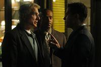 Die tapfere Stunde: Gibbs (Mark Harmon, l.), Vance (Rocky Carroll, M.) und Alejandro Rivera (Marco Sanchez, r.) ... – Bild: CBS Television