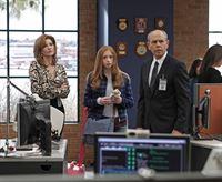 Ein neuer Fall betrifft Agent Fornells (Joe Spano, r.) und dessen Frau Diane Sterling (Melinda McGraw, l.) und Tochter Emily (Juliette Angelo, M.) ... – © CBS Television
