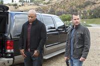 Ein neuer Fall wartet auf Callen (Chris O'Donnell, r.) und Sam (LL Cool J, l.) ... – © CBS Studios Inc. All Rights Reserved.