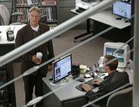 Müssen einen neuen Fall untersuchen: Gibbs (Mark Harmon, l.) und McGee (Sean Murray, r.) ... – © CBS Television