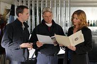 Ermitteln im Mordfall des Marine First Lieutenant Jeremy Nolan: McGee (Sean Murray, l.), Agent Abigail Borin (Diane Neal, r.) und Gibbs (Mark Harmon, M.) ... – Bild: CBS Television