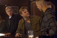 Gibbs (Mark Harmon, l.) arbeitet weiterhin mit Kapitän Wescott (Brad Beyer, M.) und hilft ihm, seine Vergangenheit zu rekonstruieren, um dem NCIS-Team bei der Suche nach einem Terroristen behilflich zu sein ... – © CBS Television