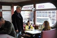 Bei einem Stopp für seinen allmorgendlichen Kaffee findet sich Gibbs (Mark Harmon, 2.v.l.) auf einmal in einem Schusswechsel wieder. In einem Moment großer Gefahr, hinterfragt er seine wichtigsten Entscheidungen seines Lebens und erinnert sich an seine Frau Kelly (Sam Schuder, r.) und seine Tochter Shannon (Darby Stanchfield, 2.v.r.) ... – Bild: CBS Television