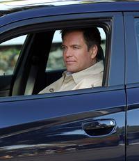 Auf dem Stützpunkt Quantico wird eine Soldatin von einem Pick-up überfahren. Der Fahrer des Wagens flüchtet. DiNozzo (Michael Weatherly) und seine Kollegen versuchen alles, um den Täter zu finden ... – © CBS Television
