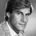 """Simon MacCorkindale im Alter von 58 Jahren gestorben – Hauptrollen in """"Falcon Crest"""", """"Poltergeist"""" und """"Casualty"""" – © Lorimar"""