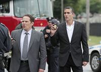 Lionel Fusco (Kevin Chapman, l.) und John Reese (Jim Caviezel) – © RTL