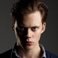 Bill Skarsgård – Bild: Netflix/Gaumont International Television