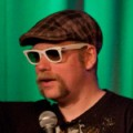 Rufus Hound – Bild: Adrian Long from Egham, Surrey, UK, Rufus Hound comedy in the green, cropped, CC BY-SA 2.0