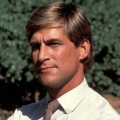 Simon MacCorkindale – Bild: Warner Brothers