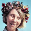Tove Jansson – Bild: Per Olov Jansson, Tove Jansson with flower crown 001, CC BY 3.0
