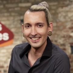 Fabian Kahl im Leipziger Cafe Puschkin. Er gehört als Kunsthändler zum  TV-Team von