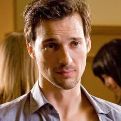 Florian David Fitz – Bild: SRF/2011 Warner Bros. Intl. Television
