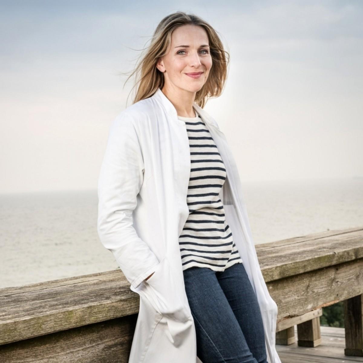 """""""Praxis mit Meerblick"""": Erfolgsreihe mit Tanja Wedhorn kehrt im März zurück – Drei neue Folgen in Spielfilmlänge – Bild: ARD Degeto/Boris Laewen"""