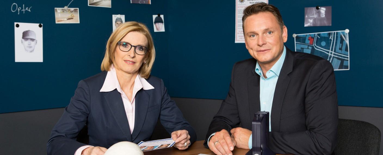 """""""30 Jahre Kripo live"""" bietet ein Wiedersehen mit den früheren Moderatoren Birgit von Derschau und Axel Bulthaupt – Bild: MDR/Hagen Wolf"""
