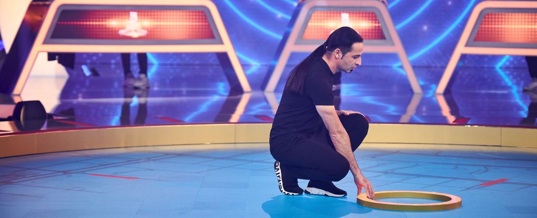 """Comedian Bülent Ceylan in Aktion beim Promi-Special von """"5 Gold Rings"""" – Bild: Sat.1/Nils Müller"""