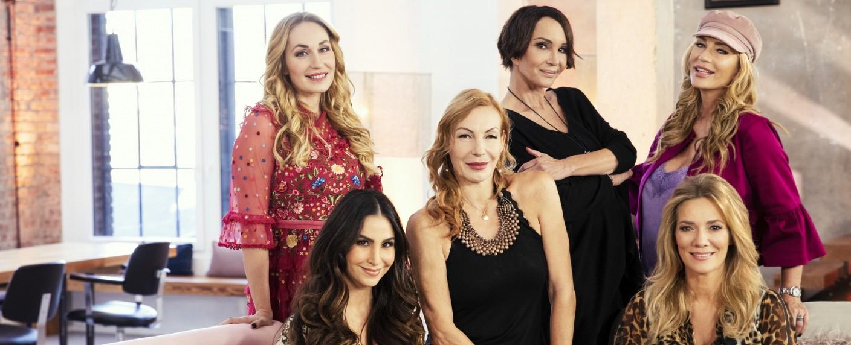 """""""6 Mütter"""": Elna zu Bentheim und Steinfurt, Sıla Şahin, Ute Lemper, Anouschka Renzi, Jessica Stockmann und Sarah Kern (v.l.n.r.) – Bild: MG RTL D / Marina Rosa Weigl"""