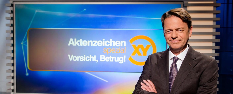 """Rudi Cerne moderiert """"Aktenzeichen XY Spezial – Vorsicht, Betrug!"""" – Bild: ZDF/Nadine Rupp"""