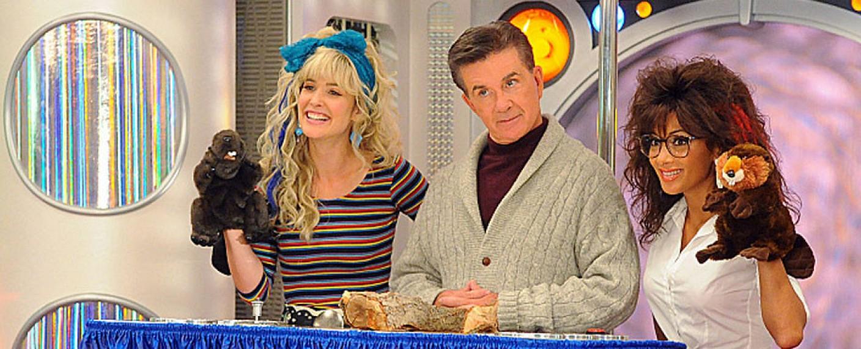 Alan Thicke zwischen 'Robin Sparkles' (Cobie Smulders, l.) und 'Jessica Glitter' (Nicole Scherzinger) – Bild: CBS