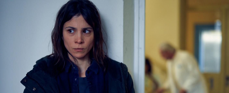 Alex Enders (Aylin Tezel) schleicht durchs Krankenhaus, um weitere Infos zu finden – Bild: ZDF/Frank Dicks