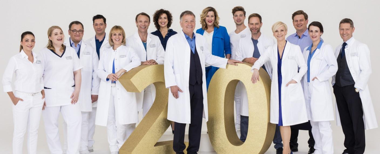 """Der """"In aller Freundschaft""""-Cast feiert 20. Geburtstag – Bild: ARD/Saxonia Media/Markus Nass"""