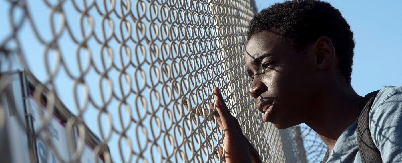 """Amare (Joshua Edoze) hofft auf eine bessere Zukunft in """"Eden"""" – Bild: SWR/Pierre Marsaut"""