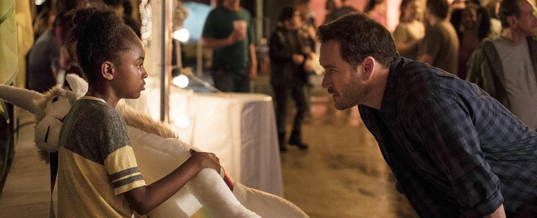 "Amy (Saniyya Sidney) und FBI-Agent Brad Wolgast (Mark-Paul Gosselaar) in ""The Passage"" – Bild: Steve Dietl/FOX"