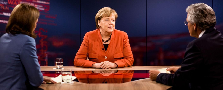 Angela Merkel stellt sich den Fragen von Peter Frey und Bettina Schausten – Bild: ZDF/Thomas Kierok