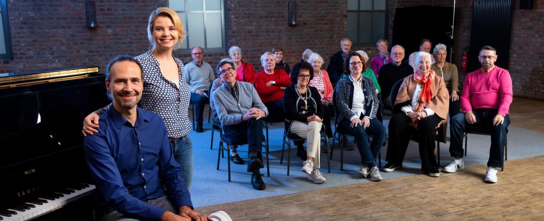 Annette Frier mit Chorleiter Eddi Hüneke und den Teilnehmern des Projekts – Bild: ZDF/Jan Rothstein