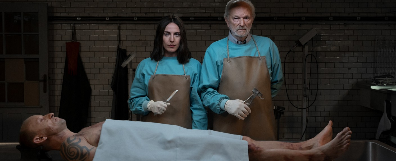 Tochter Emma (Antje Traue) und Vater Peter (Michael Gwisdek) machen sich an die Arbeit – Bild: ZDF/Carolin Ubl
