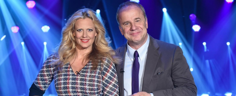 """Barbara Schöneberger und Hubertus Meyer-Burckhardt moderieren die """"NDR Talk Show"""" – Bild: NDR/Uwe Ernst"""
