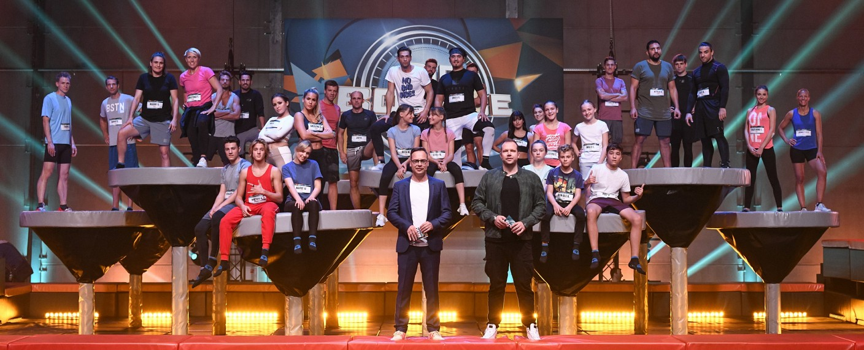"""""""Big Bounce"""": Gruppenfoto mit den Kandidaten des Promi-Specials – Bild: TVNOW / Markus Hertrich"""