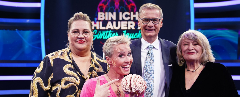 """Ilka Bessin, Sonja Zietlow und Alice Schwarzer stellten sich die Frage: """"Bin ich schlauer als Günther Jauch?"""" – Bild: TVNOW / Gregorowius"""