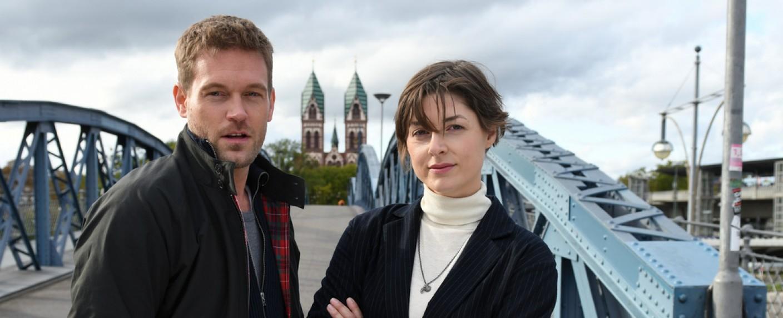 """Das Ermittlerteam Tanja Wilken (Katharina Nesytowa, r.) und Dennis Danzeisen (Joscha Kiefer) in der neuen Krimireihe """"Breisgau"""" – Bild: ZDF/Barbara Bauriedl"""