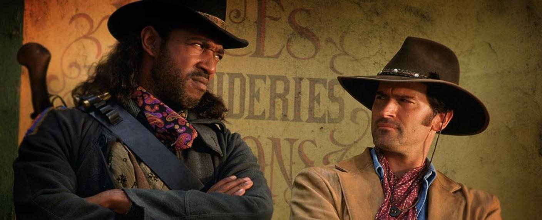Brisco County Jr. (Bruce Campbell, r.) und Lord Bowler (Julius Carry, l.) kehren nach 22 Jahren ins deutsche Free-TV zurück – Bild: Warner Bros. Television