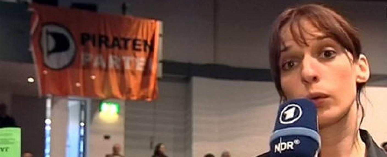 "Caro Korneli als Reporterin in ""extra-3"" – Bild: NDR"